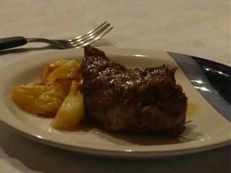 Un plato de carne a la masa a punto de ser degustado